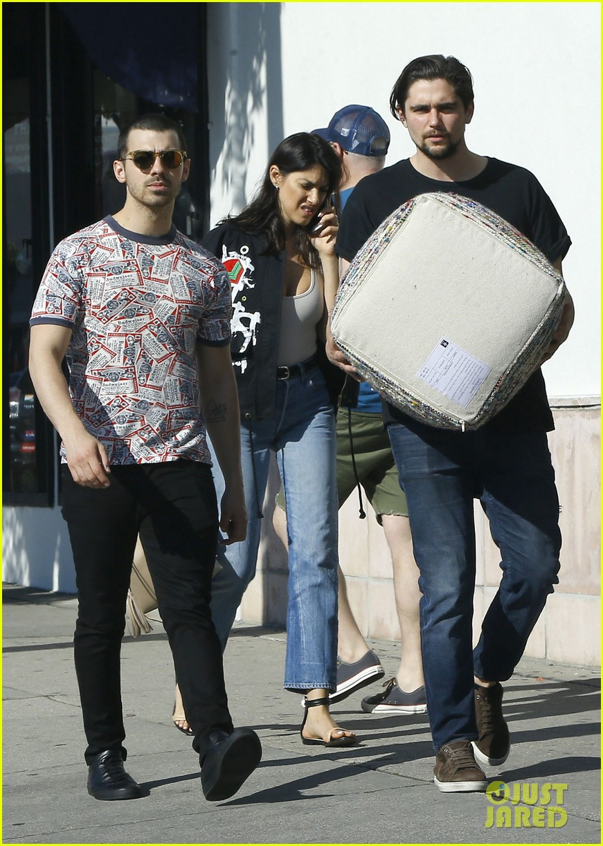 joe jonas is back in the us after trip to europe 03