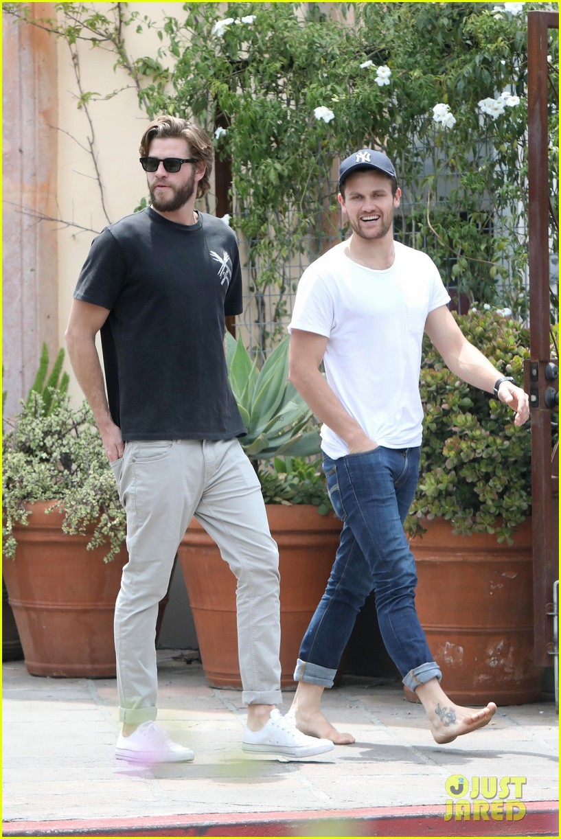 liam hemsworth grabs lunch with a pal in malibu01