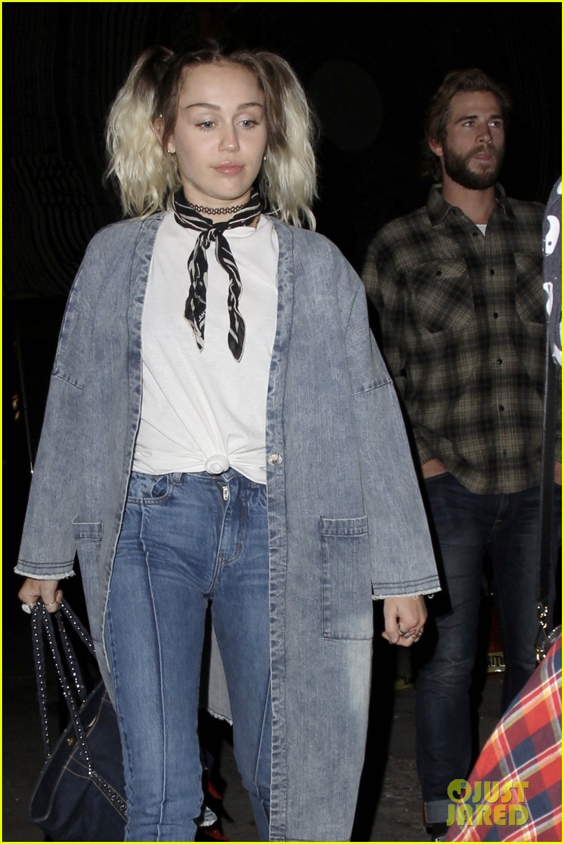miley cyrus liam hemsworth flaming lips concert 02