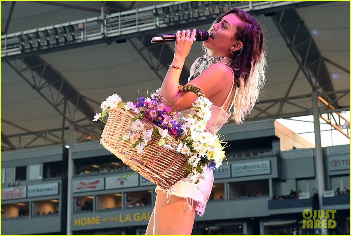 miley noah sing happy birthday to their mom at wango tango04