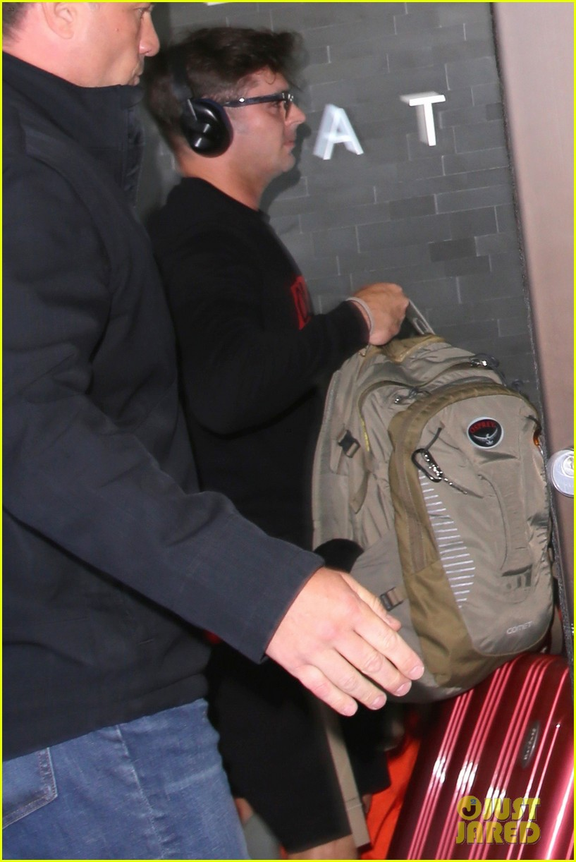 zac efron lax airport black shirt hat 03