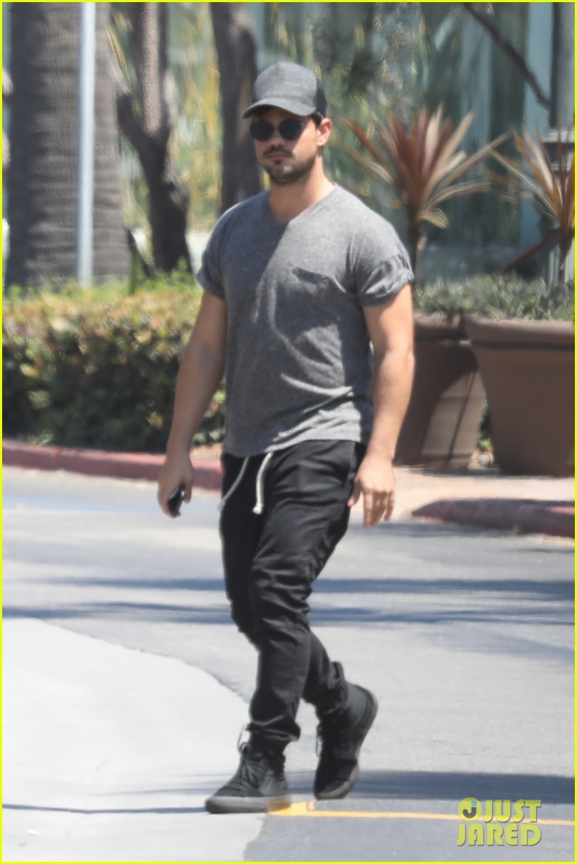 taylor lautner shows off buff body in tight shirt 03