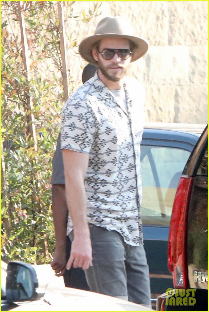 miley cyrus liam hemsworth dine with her family 01