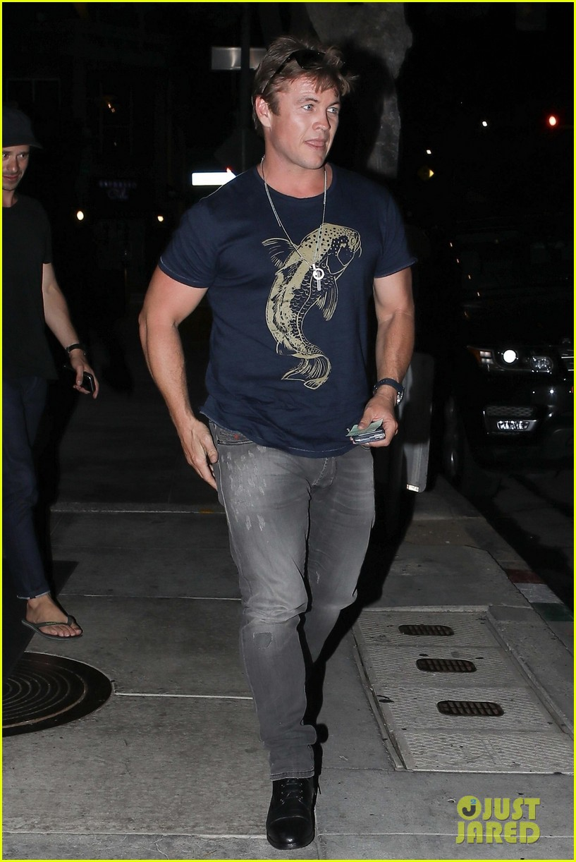 liam chris and luke hemsworth grab dinner in santa monica2 02