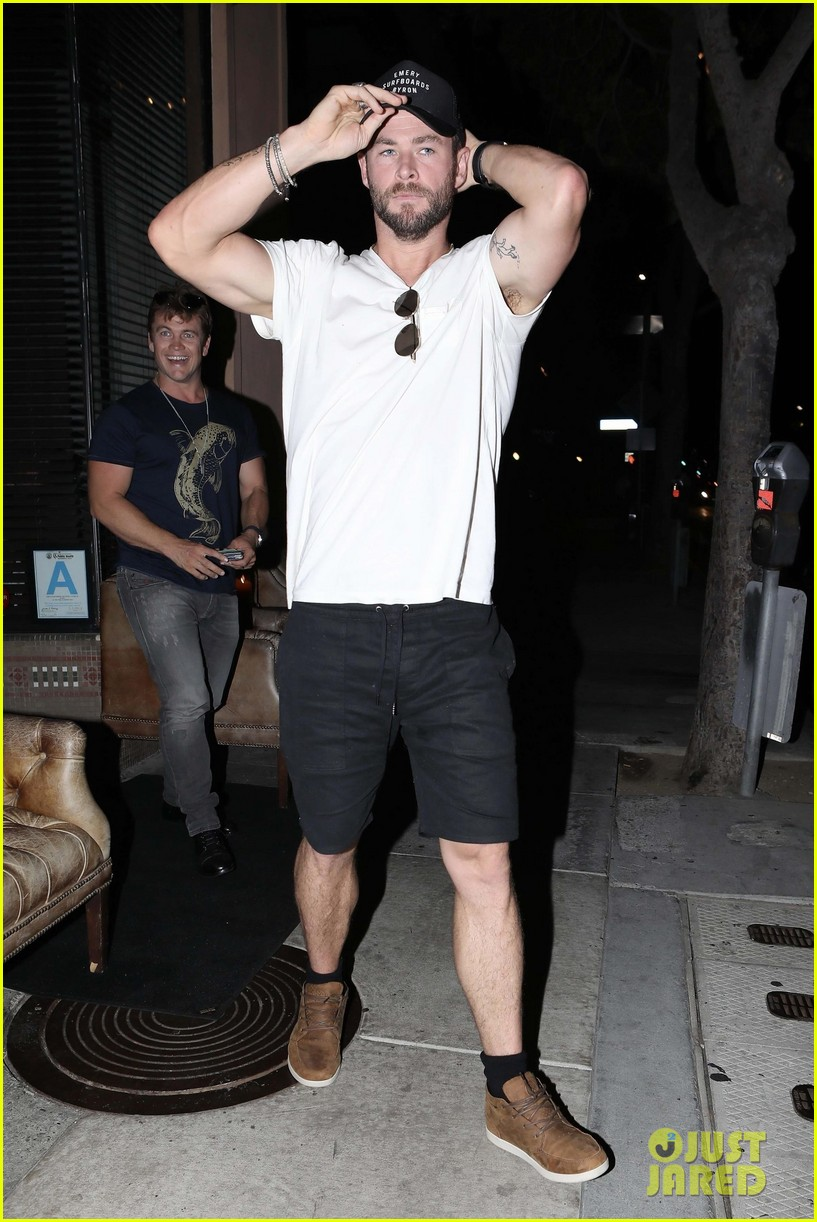 liam chris and luke hemsworth grab dinner in santa monica2 04