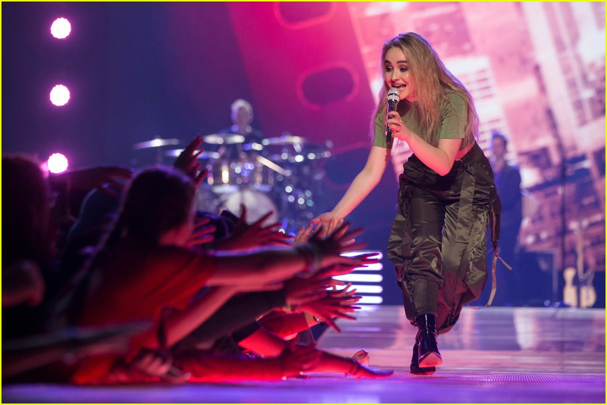 kelly clarkson and vanessa hudgens inspire youth at we day 19