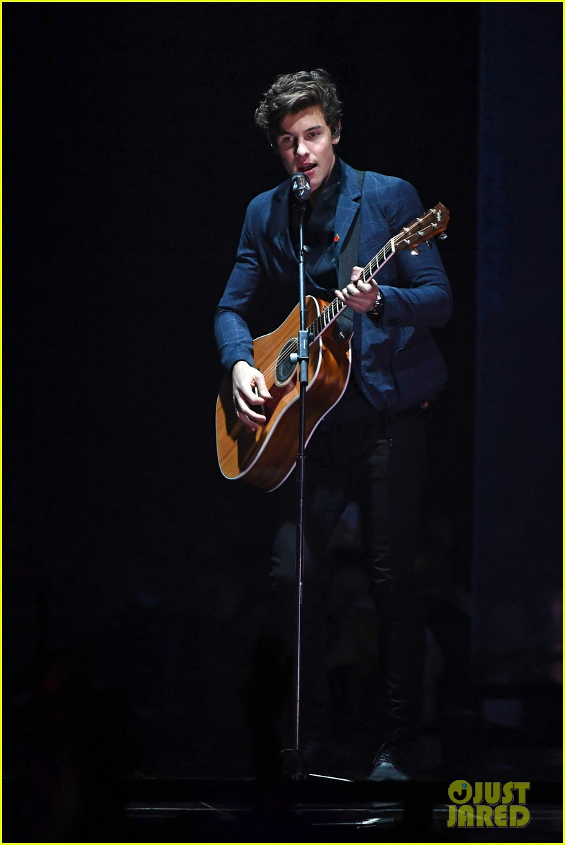 shawn mendes performs theres nothing holdin me back at mtv emas 05