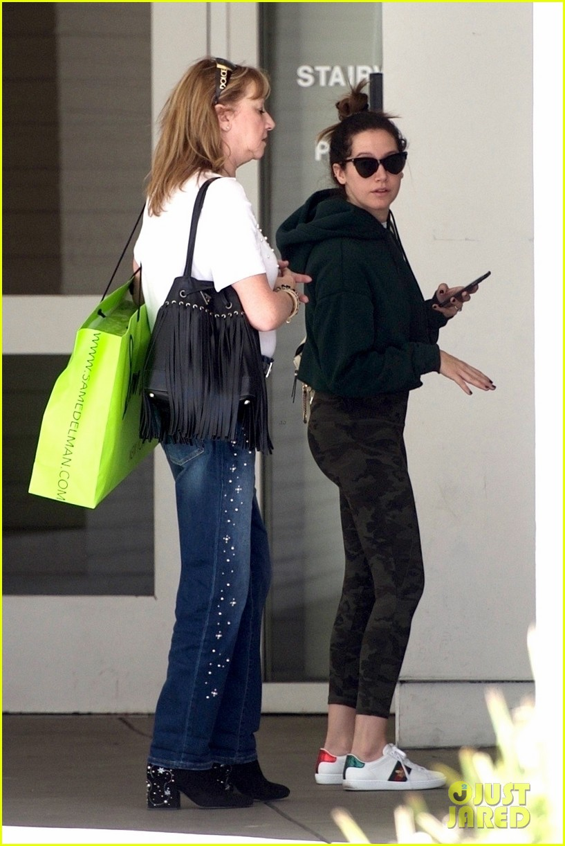 ashley tisdale goes holiday shopping with mom lisa 02