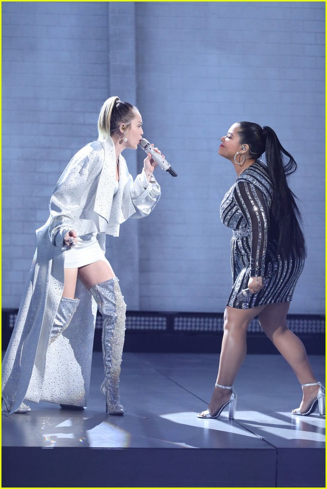 miley cyrus sings wrecking ball with brooke simpson the voice 02