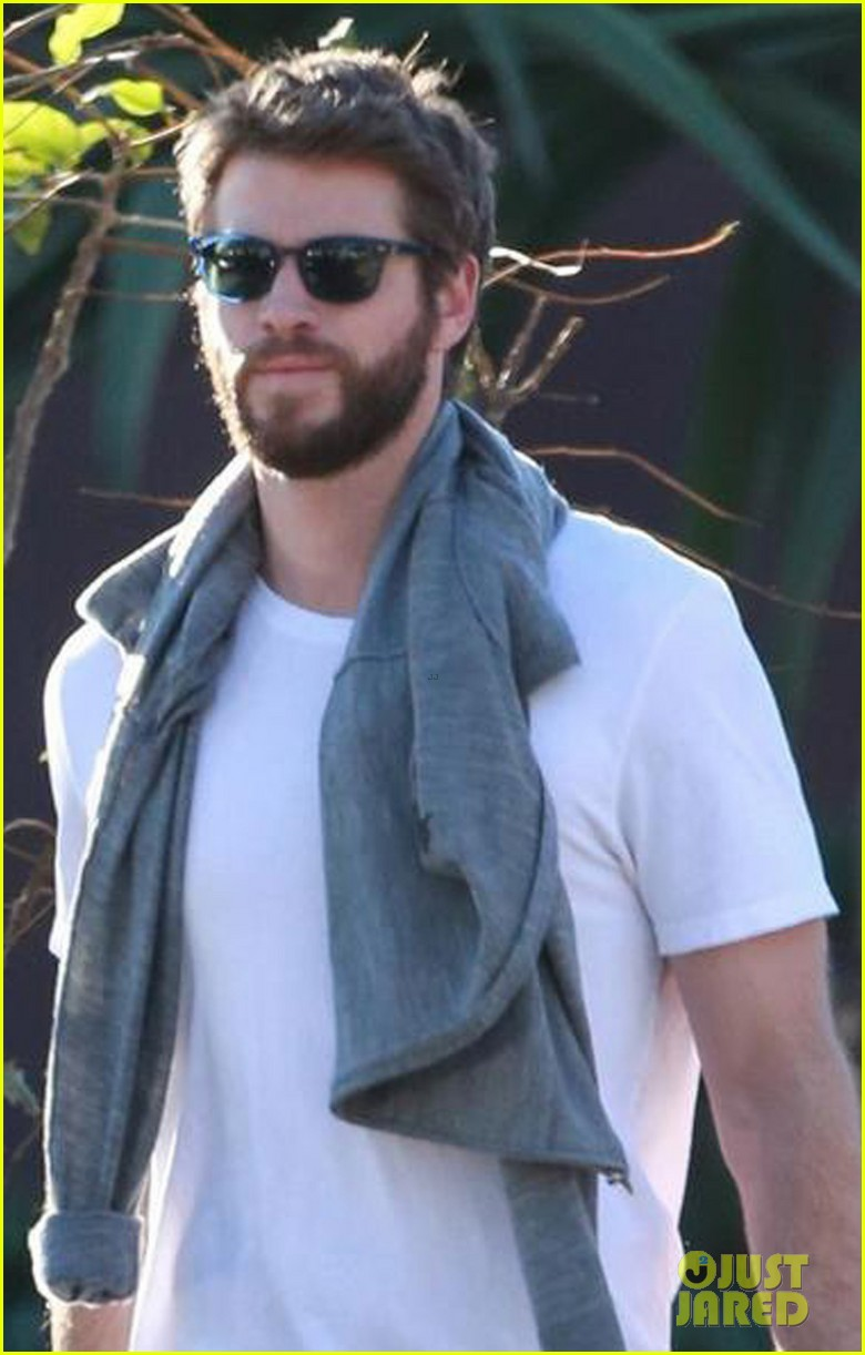 liam hemsworth gets his christmass shopping done 02