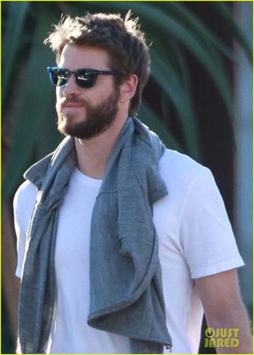 liam hemsworth gets his christmass shopping done 04