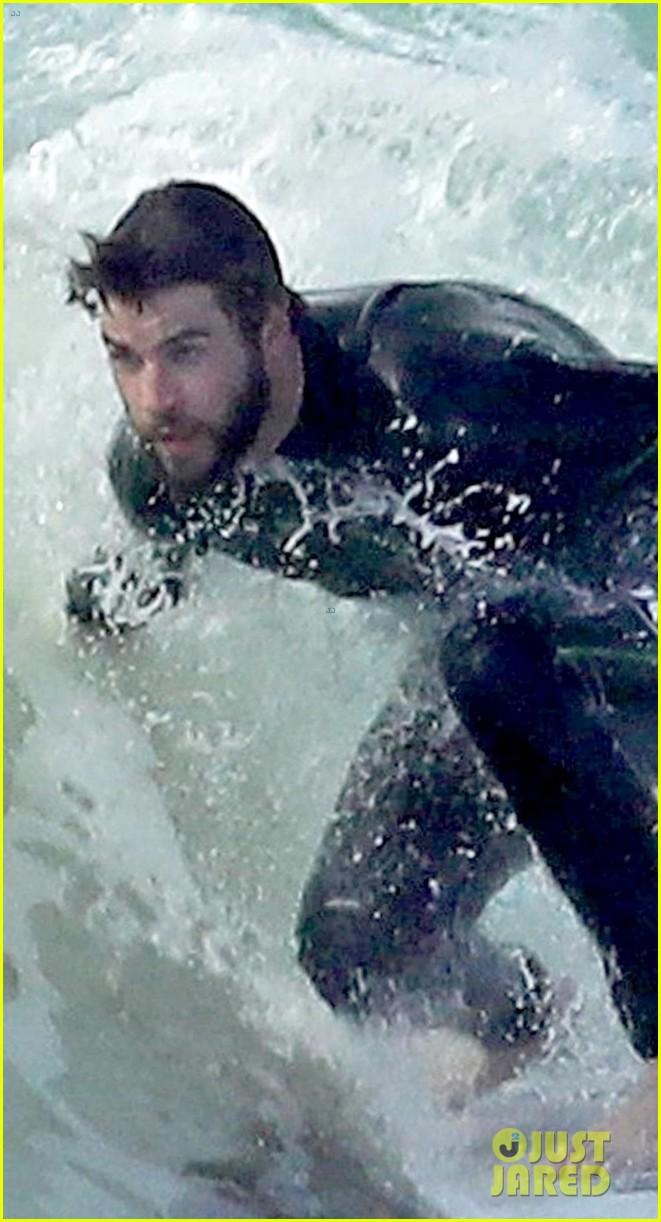 liam hemsworth surfing malibu 03